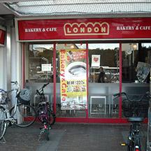 【飲食店~施工事例~】大阪府堺市のベーカリーカフェ。 矢印をデザインに入れて、お店への誘導を促します。